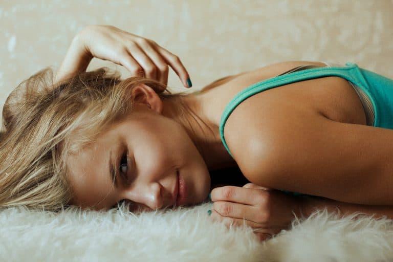 אישה סקסית על המיטה