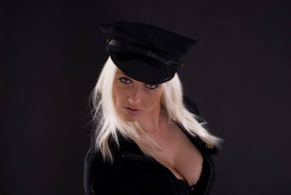 אישה עם כובע שחור