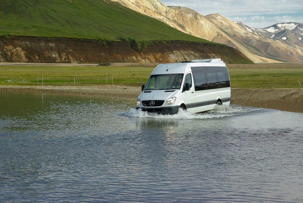 רכב נכנס למים