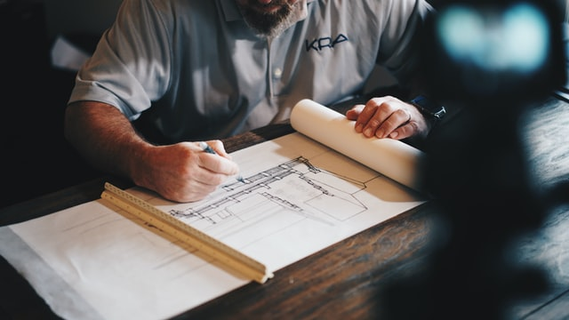 פגישה עם אדריכל לגבי תכנון בנייה - תמונה להמחשה