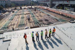 קבלני ביצוע באתר בנייה גדול - אילוסטרציה